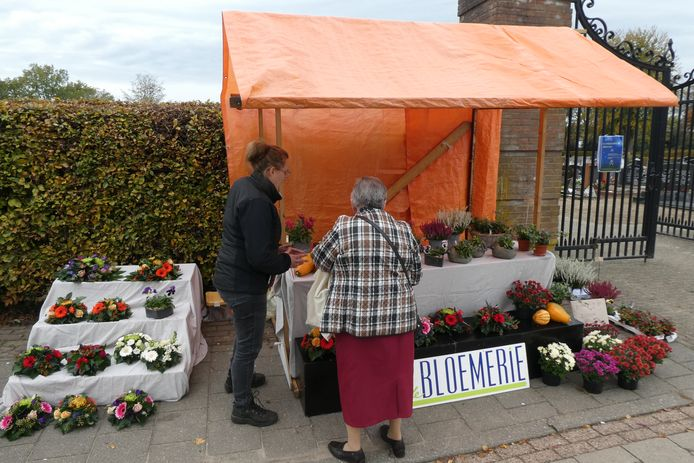 Iris Bissels verkoopt bloemstukjes en bloeiende planten voor op de graven van de begraafplaats in Berlicum.