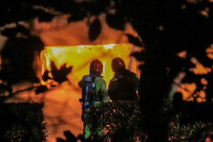 De brandweer rukte even voor 3.00 uur groot uit voor de brand bij het bedrijf, gevestigd in een loods achter een woning.