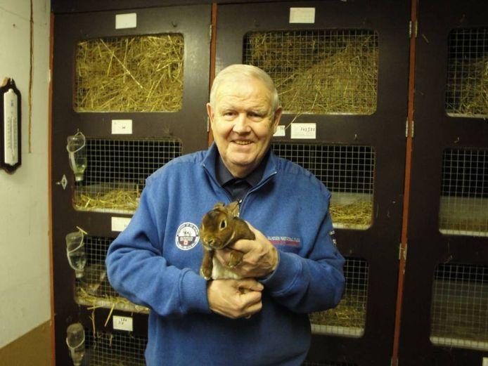 Henk Huisman uit Gendt, met een konijn.