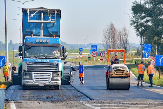 De spoedreparatie bij Zelzate vandaag, vlakbij de grens met Nederland. Er moest opnieuw worden geasfalteerd.