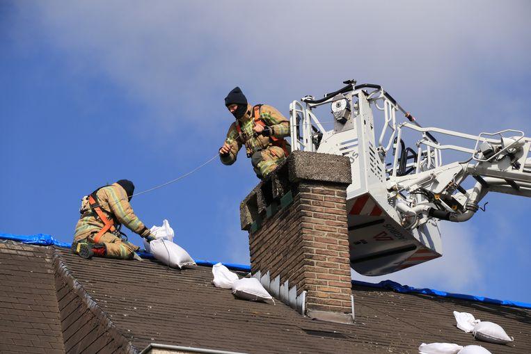 De brandweer moest maandag een zeil verstevigen op een dak dat door de storm van twee weken terug zwaar beschadigd raakte.