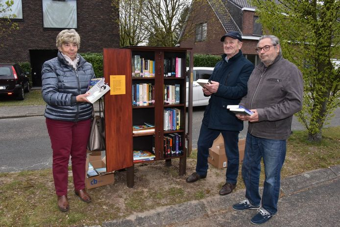 Maria Degeest nam het initiatief. Gui Segers en Ben Van Tilborg bouwden de kast.