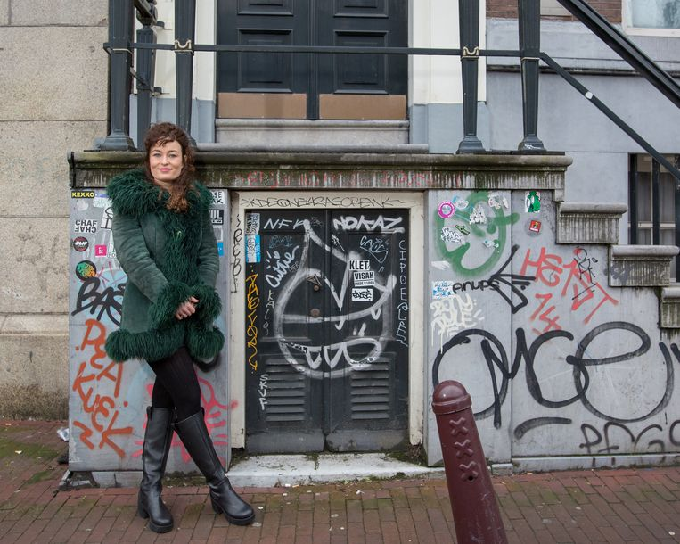 Nederland, Amsterdam, 17-02-2021 Anna van 't Hek, documentairemaker over Yab Yum, hier op de Singel in Amsterdam, voor het pand waar Yab Yum gevestigd was.  Beeld Maartje Geels