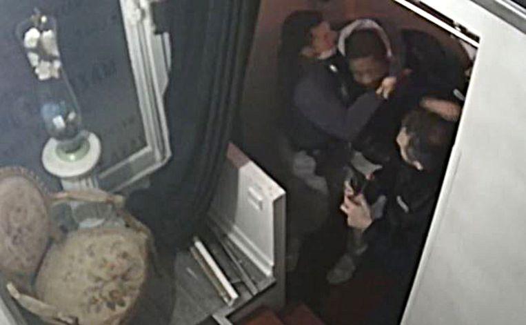 Beeld uit de video waarin Michel Zecler minutenlang door drie agenten werd geschopt en geslagen bij de ingang van zijn opnamestudio. Beeld AFP
