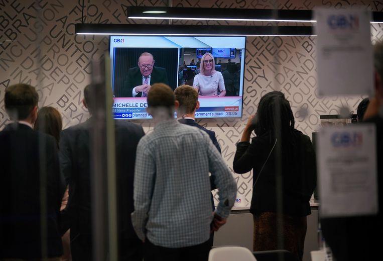 Medewerkers van GB News bekijken een uitzending van presentator en oprichter Andrew Neil. Beeld AP