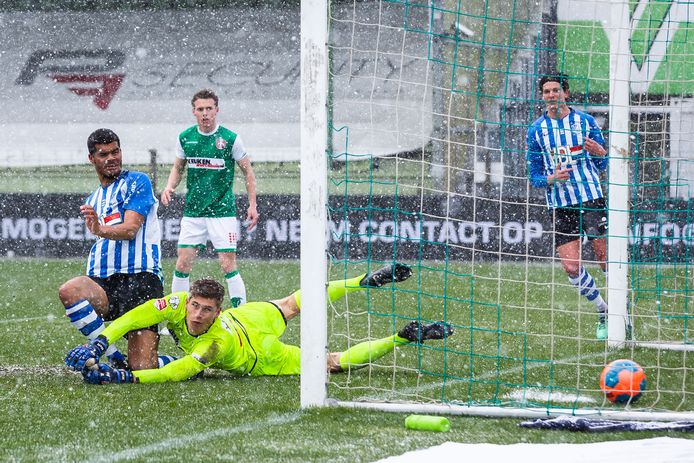 Mawouna Amevor (ex-FC Dordrecht) brengt FC Eindhoven na een blunder van doelman Max van Herk in de sneeuw op 1-2.