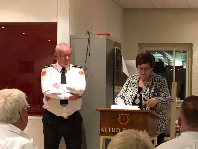 Jan Kranenburg krijgt van de burgemeester van Kaag en Braassem een koninklijke onderscheiding.