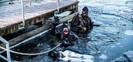 Duikers zoeken de pret ónder het ijs in Bussloo: 'Dit was een unieke ervaring'