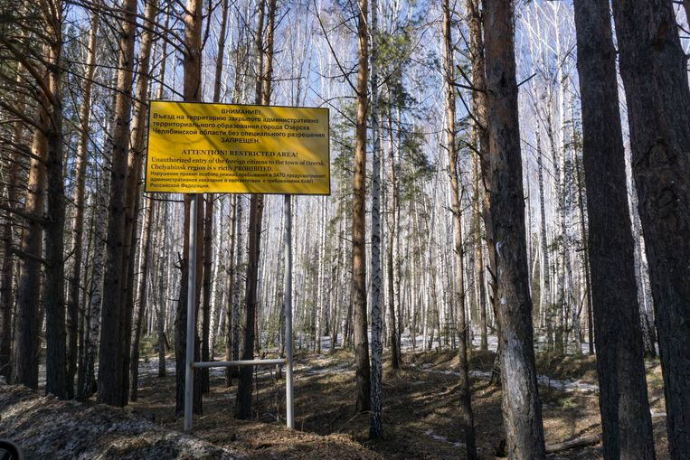 In this photo taken on Friday April 8, 2016, a sign warns people not to enter the town of Ozersk, Chelyabinsk region, Russia, which houses the Mayak nuclear facility.  Beeld AP