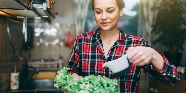 vrouw-dressing-salade.jpg