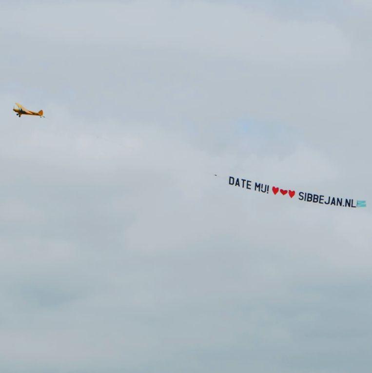 Het vliegtuigje met de Nopperts oproep 'Date mij!' dat over Nederland vloog. Beeld Privé-archief
