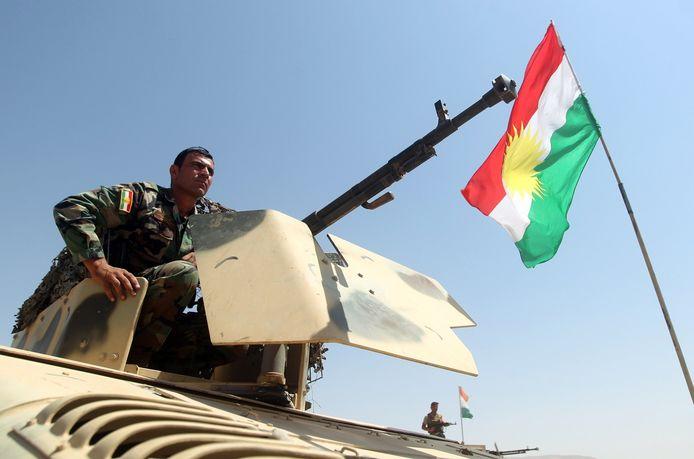 Een Koerdische strijder in de buurt van Bashiqa