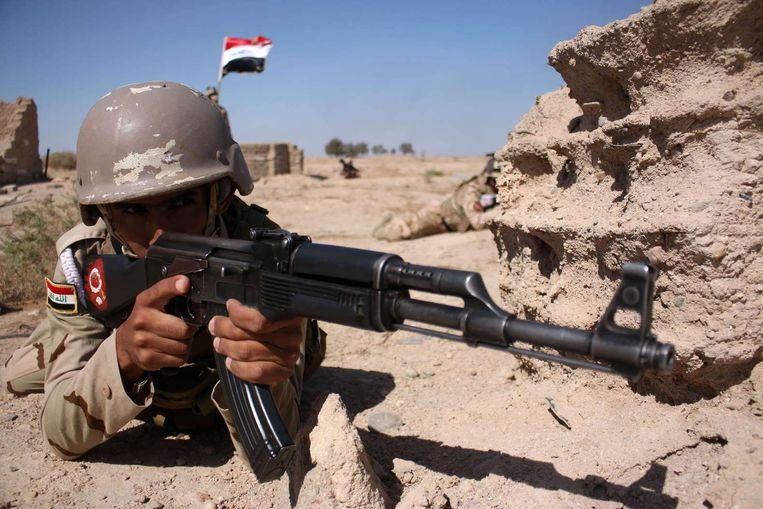 Een Iraakse militair tijdens een oefening. Beeld belga