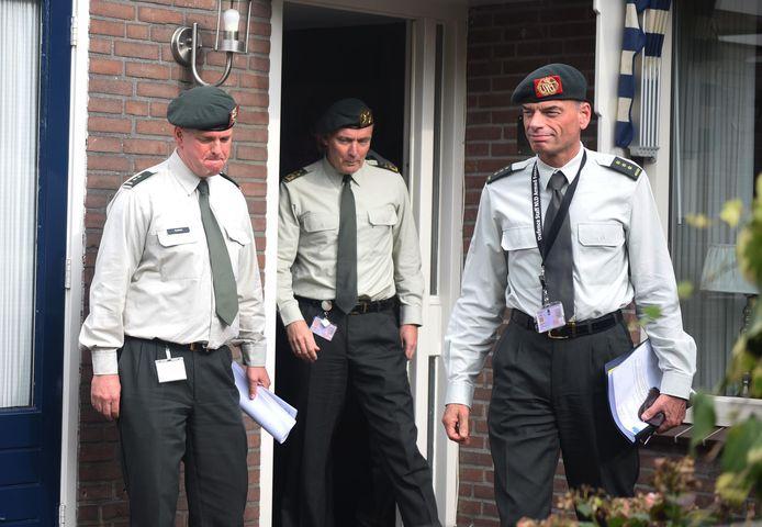 Commandant der Strijdkrachten Tom Middendorp (m) bij een bezoek aan de ouders van de twee in Mali verongelukte militairen.