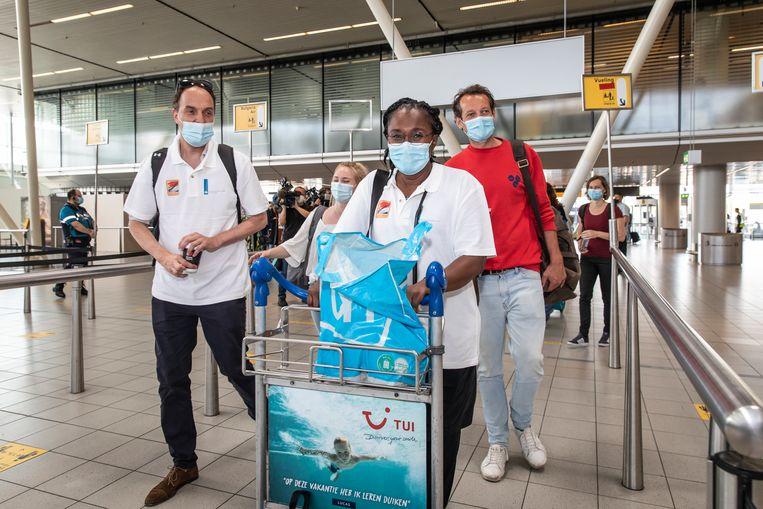 Deelnemers aan de missie vlak voor het vertrek vanaf luchthaven Schiphol.   Beeld Dingena Mol/ANP