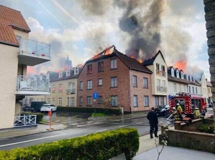Violent incendie dans un immeuble d'appartements à Opwijk.