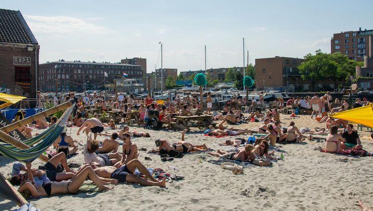 Deze zomer nog één keer liggen in het zand bij Roest. Beeld Roest