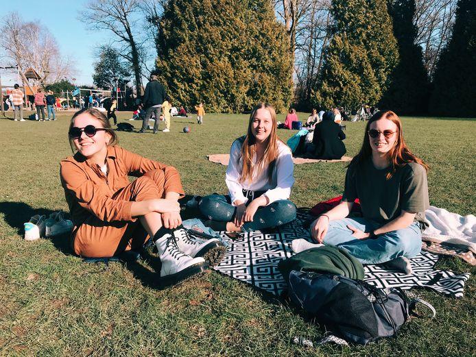 Juline, Anaëlle en Britt genieten van het zonnetje in het stadspark van Aalst.