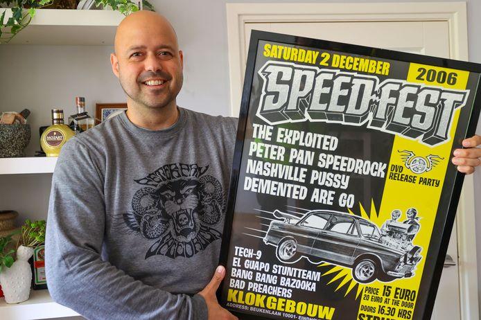 Vaste bezoeker van Speedfest Bram Kempers met een ingelijste poster van de eerste editie.