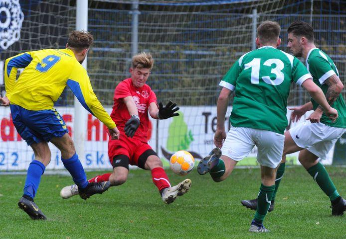 Beeld uit een wedstrijd tussen het scorende Oostkapelle/Domburg (geel-blauw) en De Meeuwen, van november  2019.