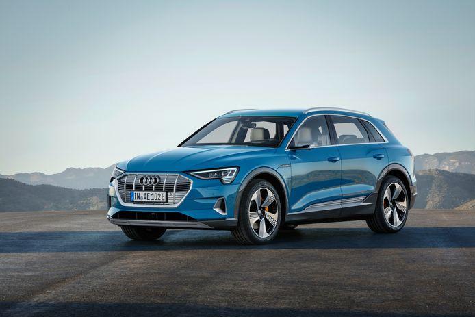 Een blauwe Audi e-tron.