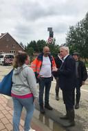 Gouverneur Jan Spooren (rechts) bezoekt de getroffen regio's.