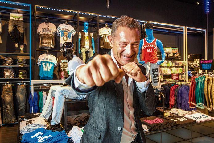 Roland Kahn, de oprichter en eigenaar van CoolCat, in zijn eerste filiaal op de Amsterdamse Nieuwendijk.