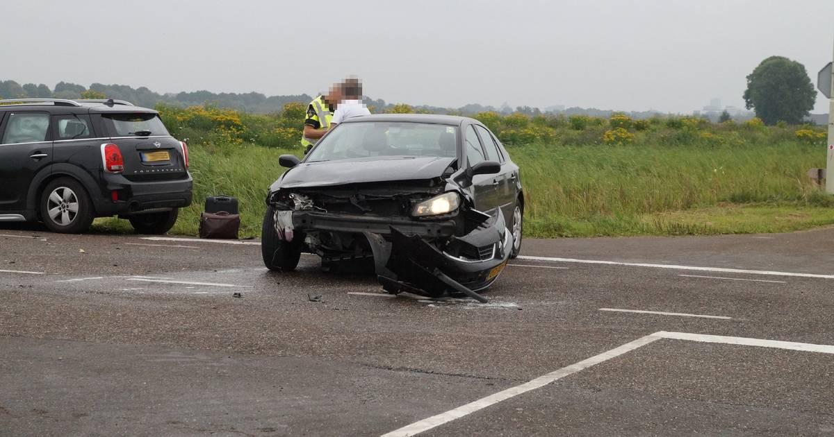 Twee autos zwaar beschadigd door botsing in Vlijmen.