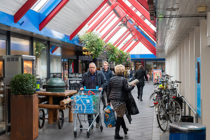 Winkelend publiek in winkelcentrum Arkendonk Oosterhout.