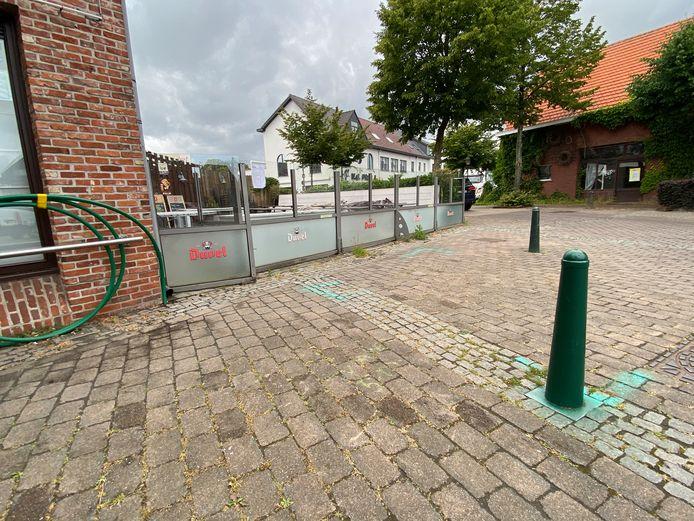 De Lindeloo hoopt het stuk tussen de glazen wand en de paaltjes te mogen gebruiken als extra terrasruimte