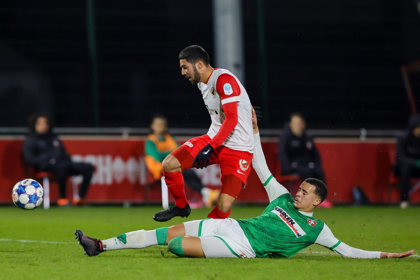 De jonge FC Dordrecht-verdediger Devon Koswal houdt Mohamed Mallahi - maker van de 3-1 - ditmaal wél van scoren af.