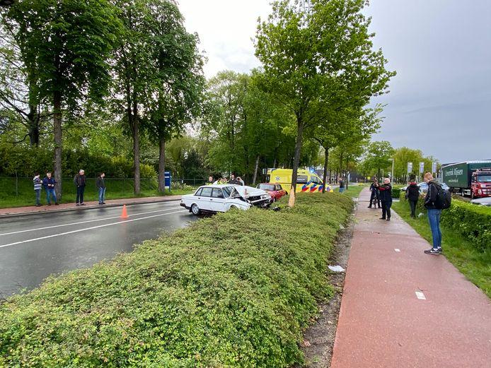 Zaterdagmiddag is een auto tegen een boom tot stilstand gekomen in Rijssen.