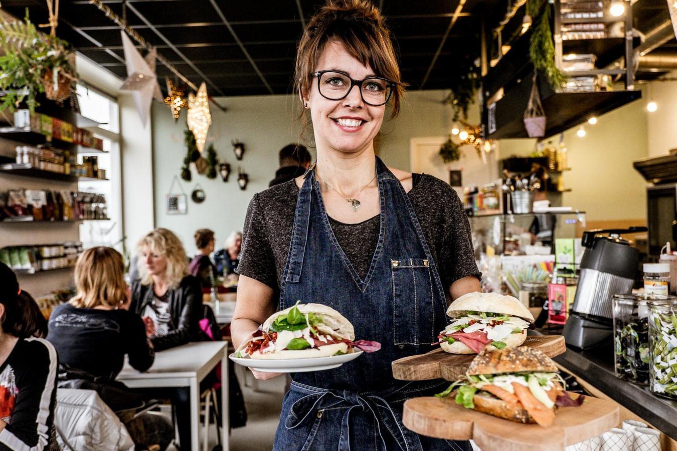 Roos Hendriks serveert de lunch in Royaal Belegd