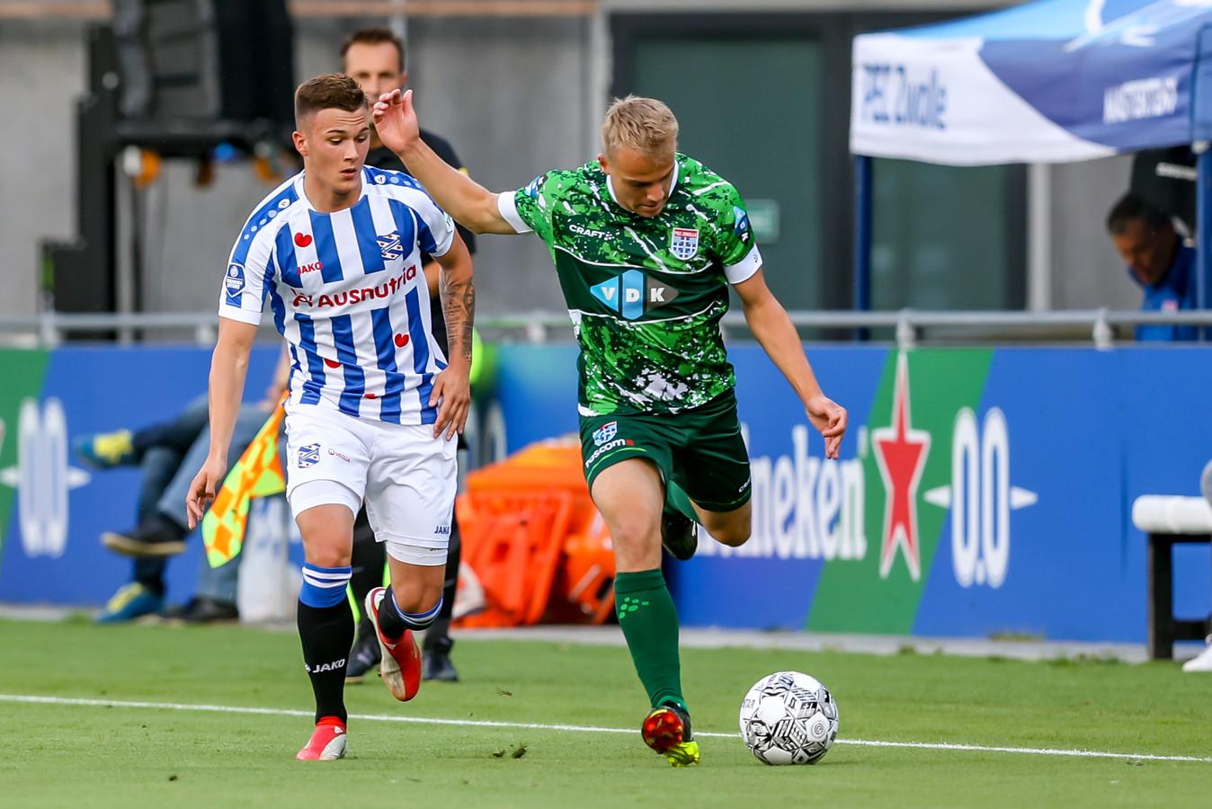 Thomas van den Belt van PEC duelleert met Filip Stevanovic van Heerenveen.