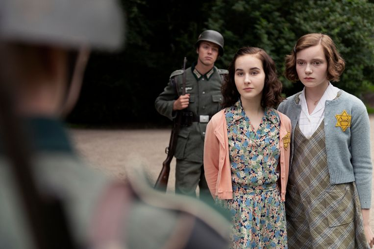 Anne Frank (links, Aiko Beemsterboer) en  Hanna Goslar (Josephine Arendsen). Beeld