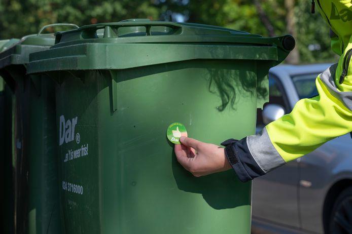 Afvalinzamelaar Dar leegt in de Nijmeegse wijk Meijhorst GFT-containers die aan de straat staan. De groenbakken worden eerst door afvalcoaches gecontroleerd. Een goedgekeurde kliko krijgt een sticker met een duimpje. Aan een afgekeurde container wordt een kaartje gehangen. Deze bak wordt dan ook niet geleegd.