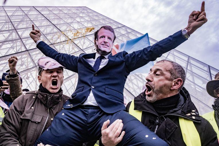 Protest in Parijs, 21 december 2019. Macrons presidentschap begon voorspoedig, de 'Franse Obama' stemde de mensen optimistisch. En toen kwamen de gele hesjes. Beeld Joris Van Gennip