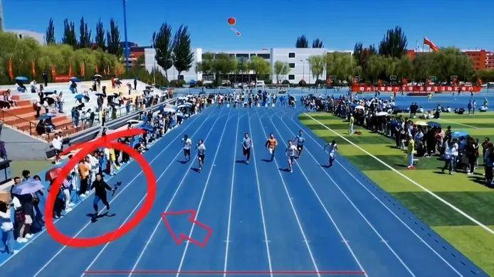 Un étudiant de l'université de Datong, dans la province chinoise du Shanxi, a volé la vedette à des sprinteurs lors d'une course.