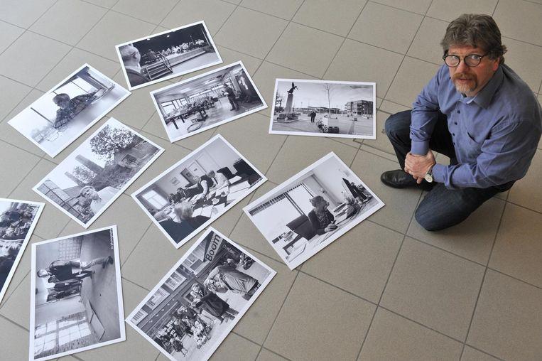 Fotograaf Jo de Groote bij tien van de foto's uit zijn expo '24/7'.
