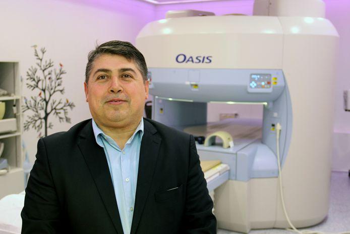 Refik Kaplan voor de open MRI-scan in het Röpcke-Zweers Ziekenhuis die patiënten uit heel Nederland naar Hardenberg trekt.