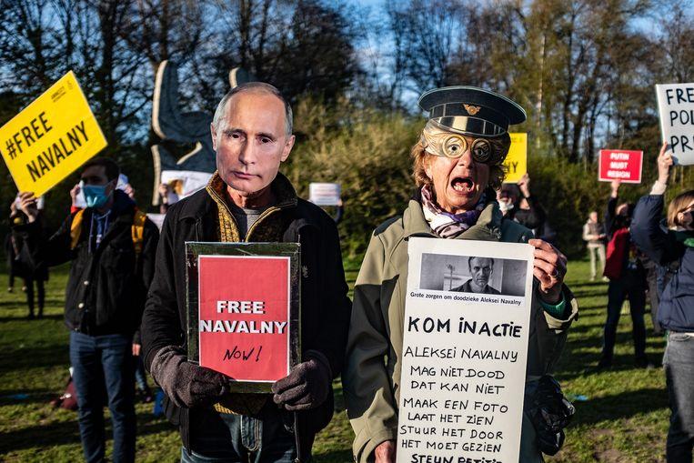 Amnesty International voert actie voor de onmiddellijke vrijlating van Navalny, hier in het Amsterdamse Vondelpark. Beeld Joris van Gennip