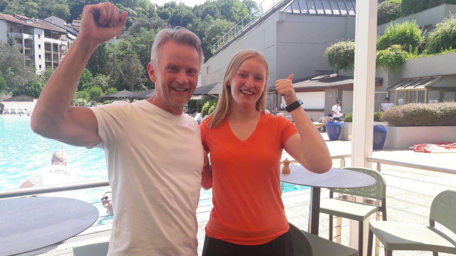 Vader Lars en de (Noorse) super-Oranjefan Matilda aan de rand van het zwembad.