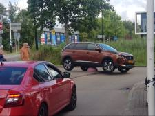 Oeps! Auto belandt bovenop roze sierbol van beton