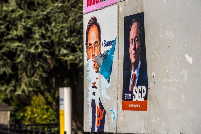 Een verscheurde verkiezingsposter van de VVD in Borne.
