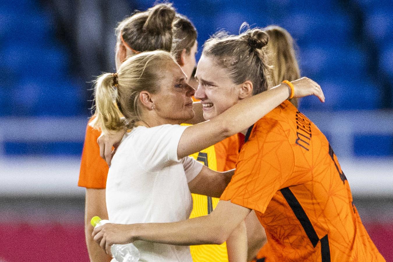 Bondscoach Sarina Wiegman troost Vivianne Miedema.