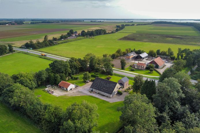 De gemeente Noordoostpolder heeft het terrein op de voorgrond gekocht om er het werelderfgoedcentrum Schokland te realiseren. Links op de achtergrond het museum Schokland op de toenmalige woonterp van Middelbuurt.