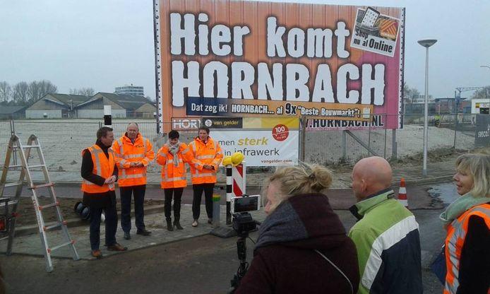 Vertegenwoordigers Hornbach, provincie en gemeente op de kruising. Foto's Arnoud de Vries