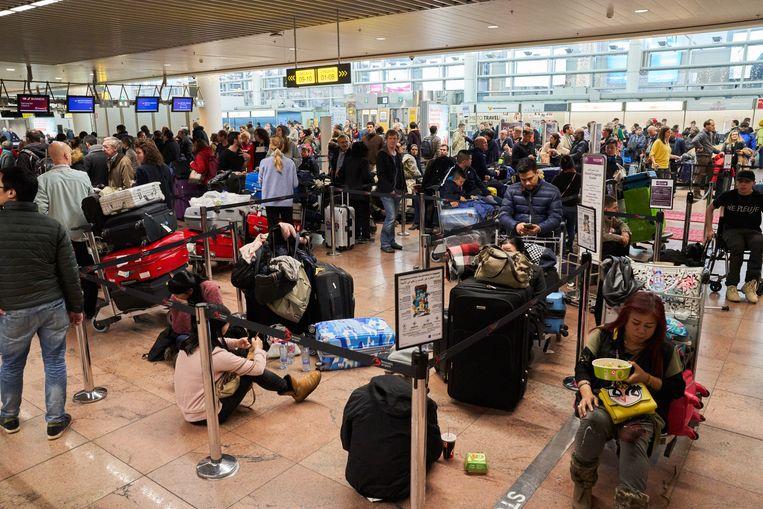 Zeker duizend mensen strandden in Brussels Airport. Beeld vincent duterne / photonews
