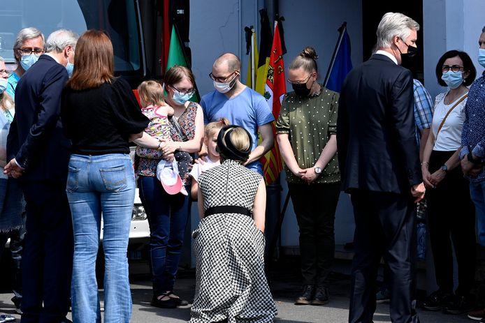 Koningin Mathilde nam uitgebreid de tijd om met het gezin te spreken.