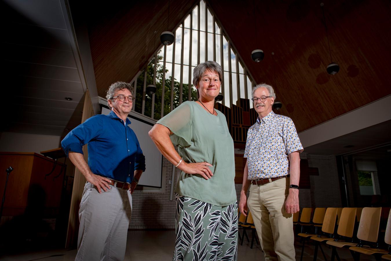 Musicus Harrie Poulssen, regisseur Carla Aalbers en predikant Henk van Veldhuizen zijn voor het eerst sinds corona weer bij elkaar met hun musicalgroep in Hasselt.